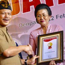Ny. Putri Suastini Koster Terima K. Nadha Nugraha, Ajak Masyarakat Gemar Berbahasa Bali di Rumah