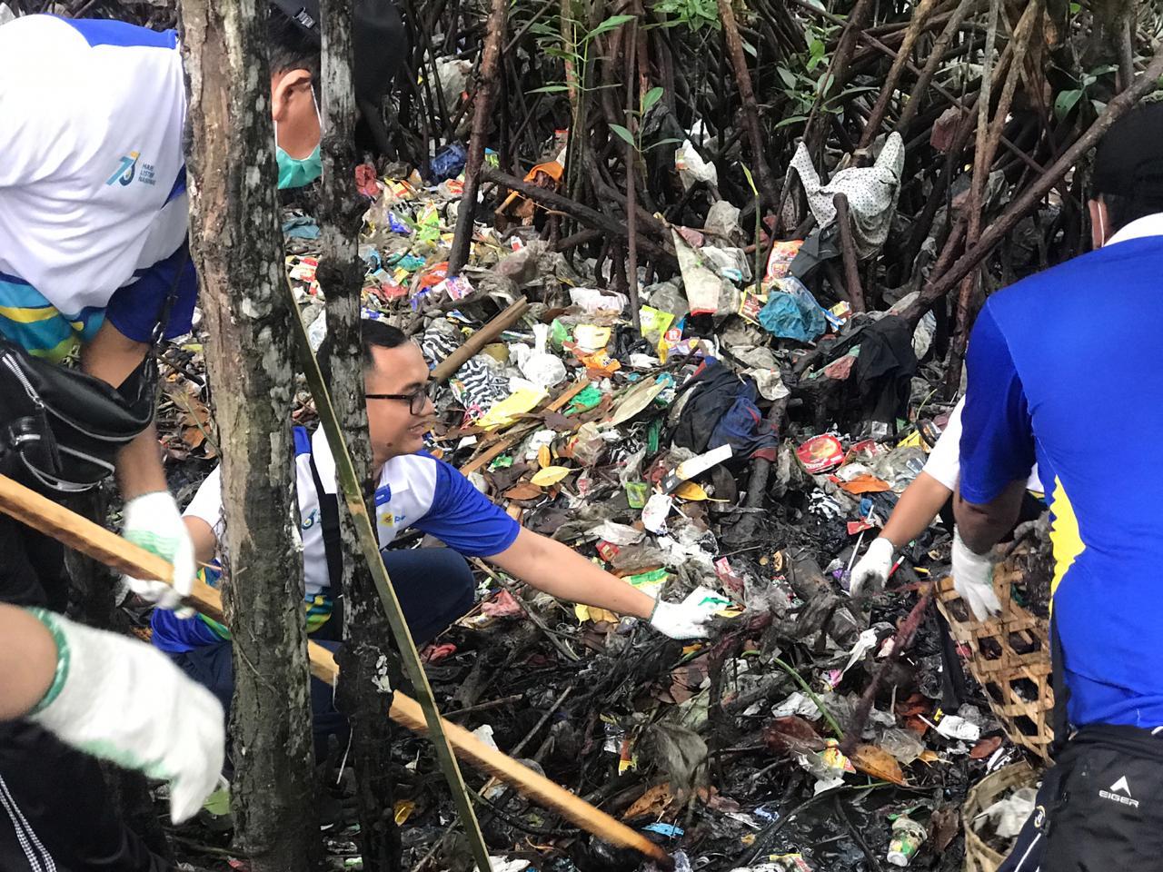 PLN Bersihkan Sampah Plastik di Kawasan Wisata Hutan Mangrove