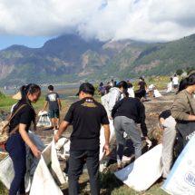 Peringati Hari Kemerdekaan ke-74 RI, Pemuda Bangli Bersih Sampah Plastik di Danau Batur