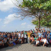 Sambut HUT ke-20, BKS LPD Karangasem Bersihkan Sampah Plastik di Pantai Jasri