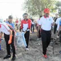 Prajurit Lanal Ikuti Gerakan Serentak Badung Bersih di Pantai Kelan