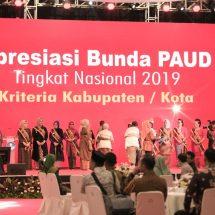 Wury Estu Handayani Ma'ruf Amin Serahkan Apresiasi Bunda PAUD Tingkat Nasional Tahun 2019