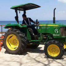 Biznet Kerahkan Traktor Bersihkan Sampah di Pantai Kuta