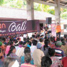 Sambut Galungan dan Kuningan, Kadisos P3A dan Relawan Bali Bagikan Sembako dan THR untuk 500 Lansia dan Siswa Miskin