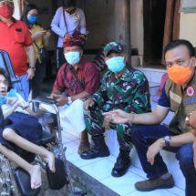 Ketua Harian Gugus Tugas Covid-19 Prov. Bali Serahkan Bantuan dan Tinjau Posko di Akah Klungkung