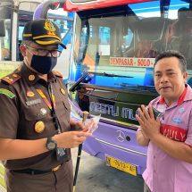 Cegah Covid-19, PJI Badung Bagikan Masker di Terminal Mengwi