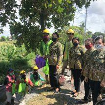 IAD Kejari Denpasar Bagikan Seratus Paket Sembako Untuk Pekerja Harian