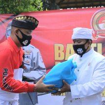 Jelang HUT ke-74 Bhayangkara, Kapolres Klungkung Serahkan Sembako kepada Pemangku Pura