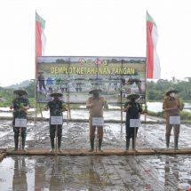 Kunker di Gianyar, Pangdam Udayana Bersama PBL Bali dan Talitha Group  Tanam Padi