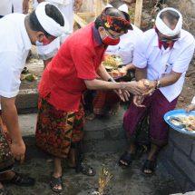 Konkretkan Keberpihakan Desa Adat, Gubernur Letakkan Batu Pertama Pembangunan Kantor MDA Gianyar