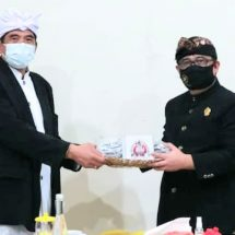 Koordinator Staf Khusus Presiden Serahkan Bantuan 45 Ribu Masker untuk PHDI Bali dan  Organisasi Kepemudaan Hindu