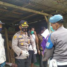 Polsek Gianyar Bagikan Sembako dan Masker di Desa Petak