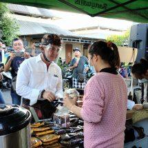Paslon Amerta Borong Kopi di Pasar Agung