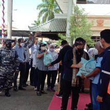 Pantau PPKM dan Bagikan Sembako, Pos TNI AL Gilimanuk Amankan Kunker Menteri BUMN