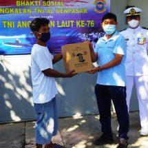 Sambut HUT ke-76 TNI AL, Posal Celukan Bawang Lanal Denpasar Bagikan Sembako kepada Lansia, Anak Yatim dan Nelayan
