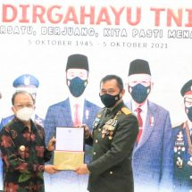 Gubernur Koster Serahkan Sertifikat Tanah Hibah untuk Perumahan Prajurit TNI AD di Mengwi