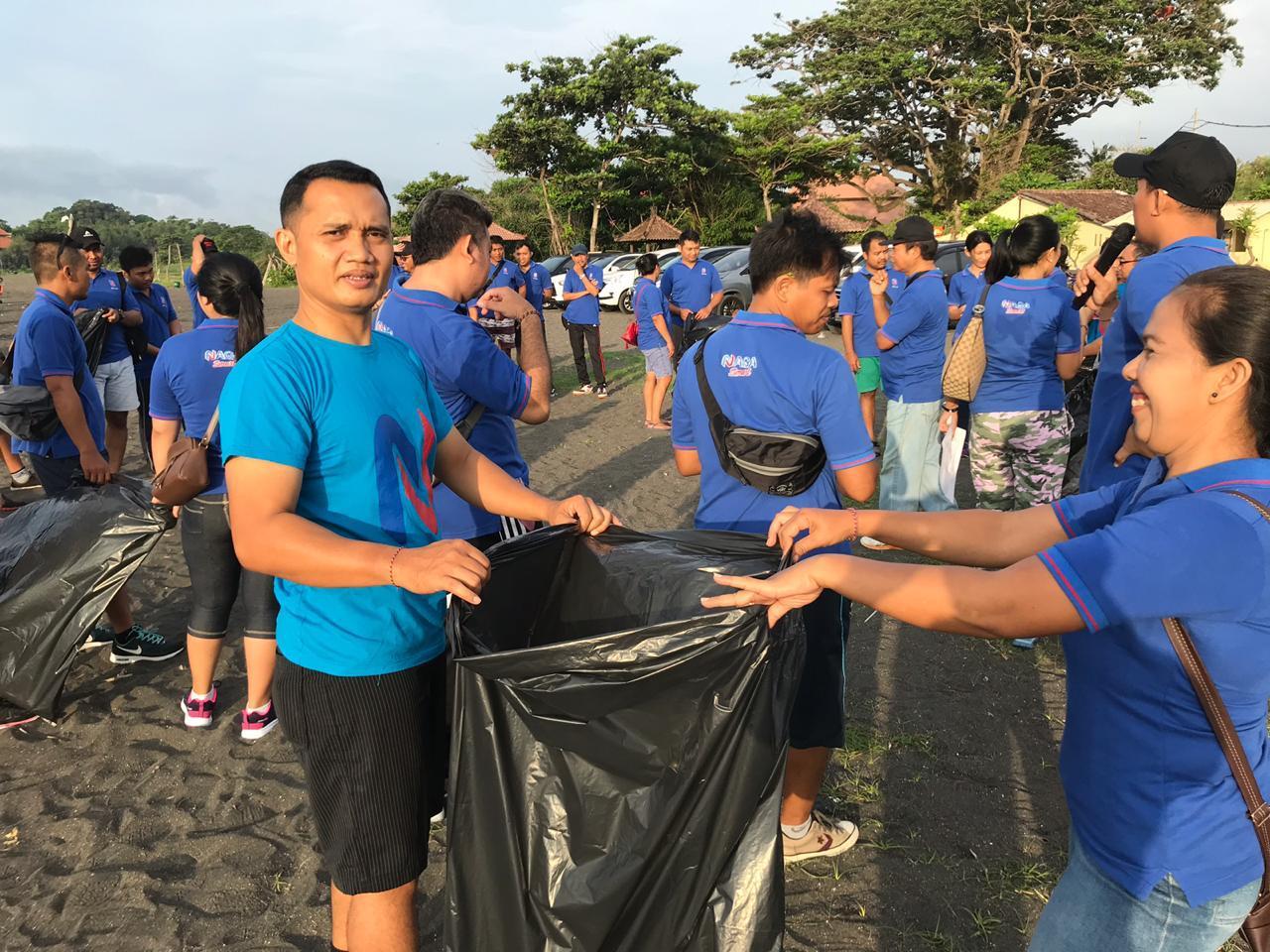 BPR Naga Bersihkan Sampah Plastik di Pantai Biaung