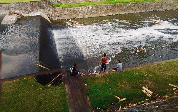 Tim DLHK Pemkot Tutup Pipa Limbah ke Sungai Taman Pancing