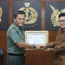 Mendagri Beri Penghargaan Tiga Anggota TNI yang Gugur dalam Pemilu 2019