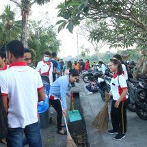 Bhakti Sosial Fikom Dwijendra di Peguyangan Kangin, Bersih-bersih dan Bagikan Tas Ramah Lingkungan