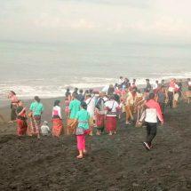 Warga Klungkung Bersih Sampah Plastik diPantai