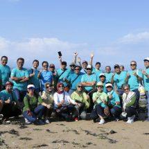Alumni PLN Bali Lepas Tukik dan Serahkan Bantuan Pakan Penyu di Sanur