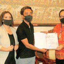 Wagub Menerima Bantuan MS Glow Untuk Pekerja Pariwisata