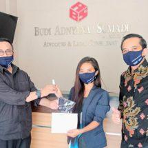 Peduli Covid-19, Peradi Denpasar Bantu Masker dan Hand Sanitizer