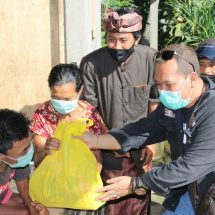 Undiksha Berbagi Sembako kepada Lansia dan Disabilitas