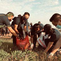 Peduli Lingkungan, Korps Adhiyaksa Kejari Denpasar Bersihkan Pantai Mertasari