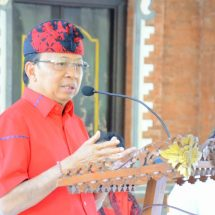 Gubernur Serahkan Bantuan di Jembrana, Ajak Masyarakat Disiplin Terapkan Prokes