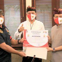 Sekda Bali Serahkan Sertifikat Penghargaan Bagi Relawan Covid-19