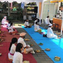 Berdoa Hindarkan Indonesia dari Pandemi Covid-19, ITB STIKOM Bali Gandeng PHDI dan MGPSSR Gelar Shanti Puja Samgraha Libatkan Pendeta Hindu se-Nusantara