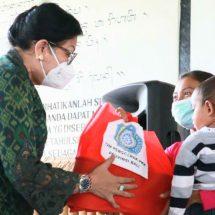 Ny. Putri Koster BantuBalita Kurang Gizi dan Bumil di Desa Tista Kerambitan