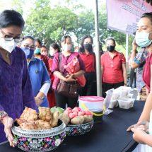 Tinjau Pasar Rakyat, Ny. Putri Koster Ajak Pedagang Gunakan Kemasan Aman bagi Kesehatan