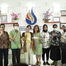 Dea Imut Bicara Harmonisasi Bali di ITB STIKOM Bali
