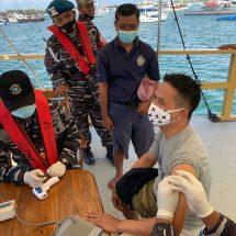 """Percepat """"Herd Immunity"""", Lanal Denpasar Datangi Nelayan dan Pekerja Kapal di Tengah Laut"""