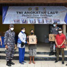 Bersama Masyarakat, Lanal Denpasar Bersih-bersih Pantai dan Bagikan Sembako di Karangasem